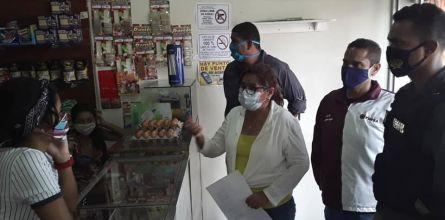 Alcaldesa visitó comercios para dar a conocer el Decreto 03-2020